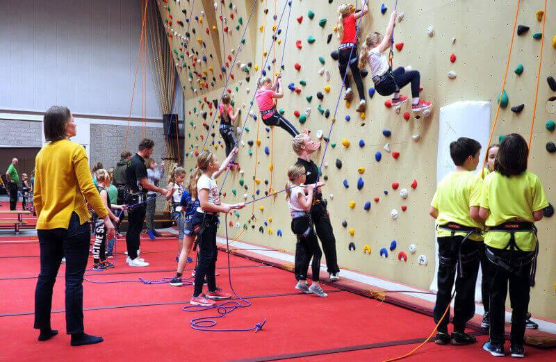 De Ongenode Gast: kinderen op de klimwand in Vries
