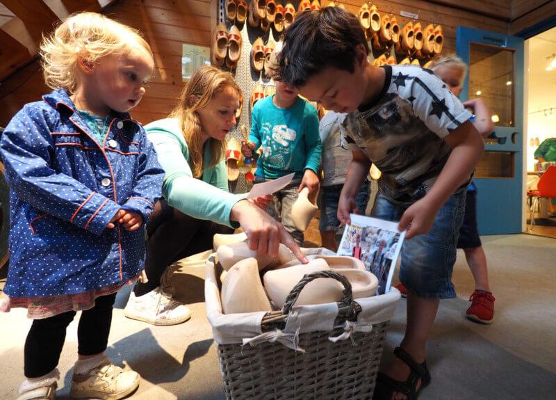 Leerlingen Mariaschool bezoeken Internationaal Klompenmuseum