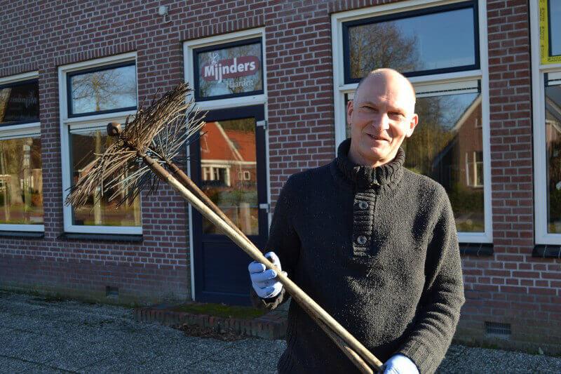 Jan Mijnders stopt na ruim 40 jaar met schoorsteenvegen