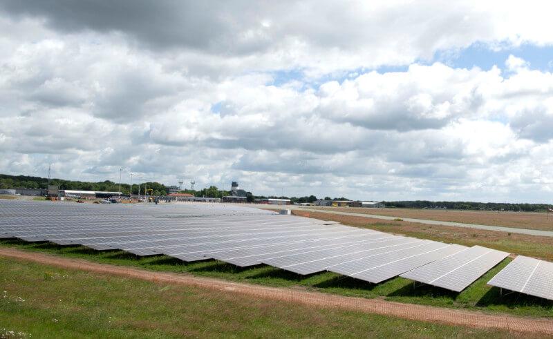 Aanleg zonnepark Groningen Airport Eelde op de helft