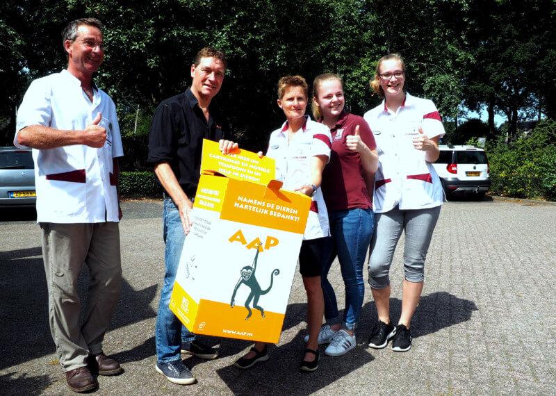 Dierenkliniek Zuidlaren ontvangt inzamelbox van Stichting AAP
