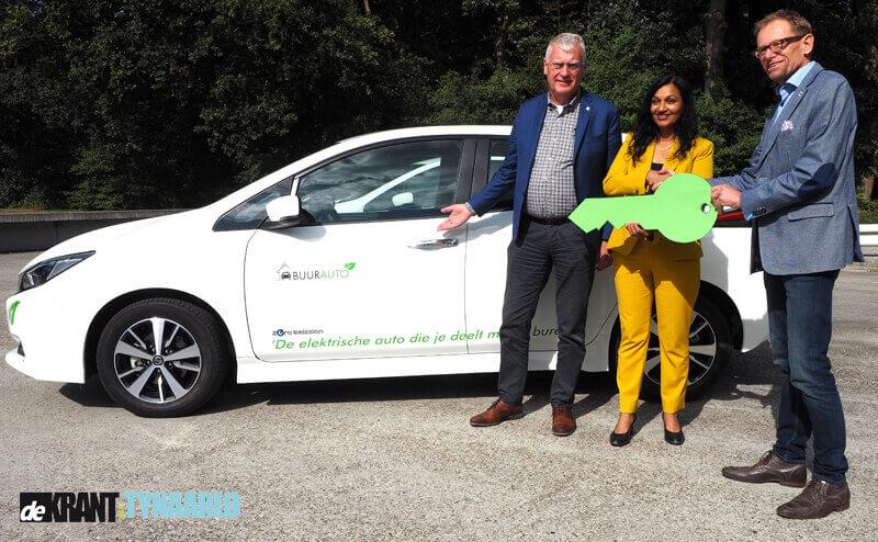 Wethouder Gopal maakt proefrit in eerste elektrische deelauto