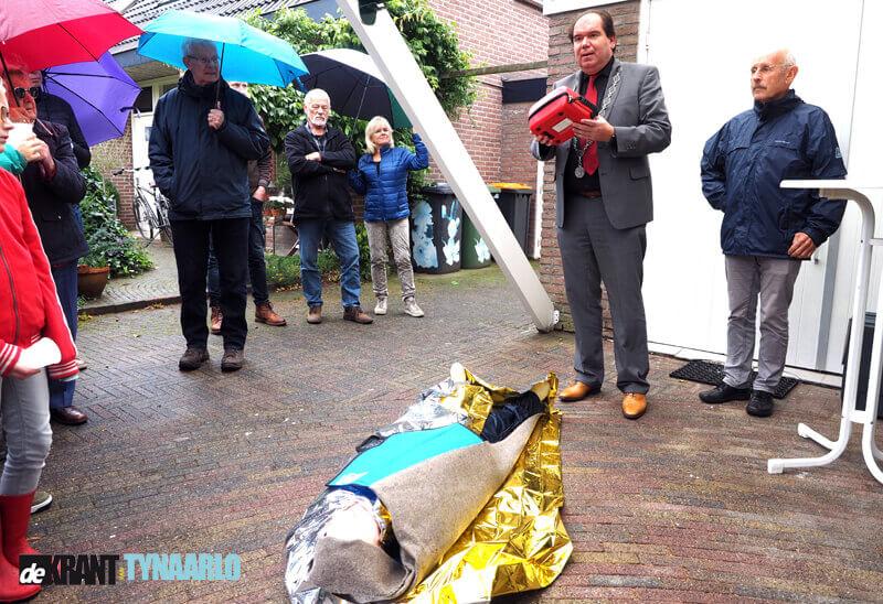 Burgemeester Thijsen stelt AED's in gebruik