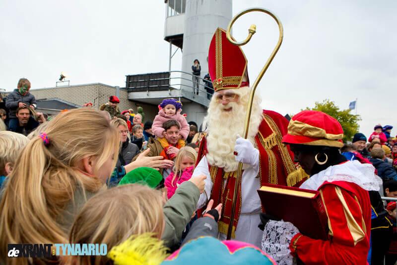 Sinterklaas meert aan in Eelde-Paterswolde