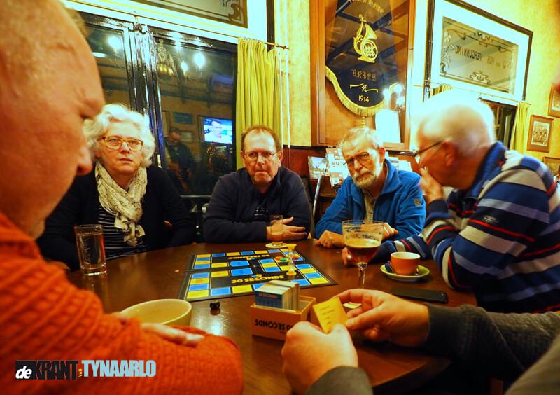 Inwoners Vries vermaken zich tijdens spelletjesavond