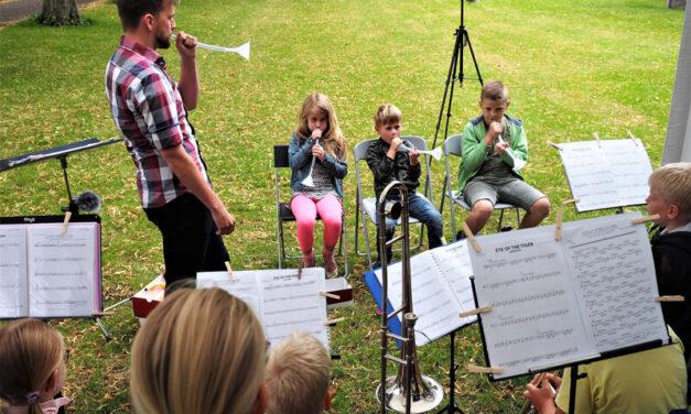Harmonie Vries laat kinderen genieten met muziekinstrumenten