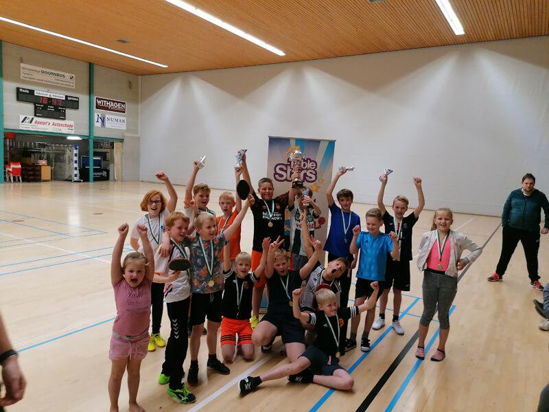 Tafeltennisvereniging Vries geeft les aan kinderen