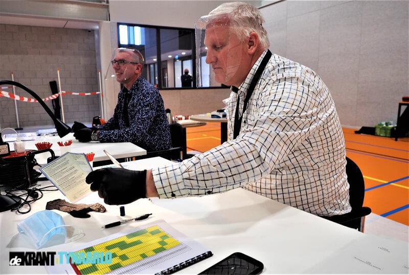 Man met Hamer Coen Hofstee voorzitter stembureau sporthal Grote Veen Eelde