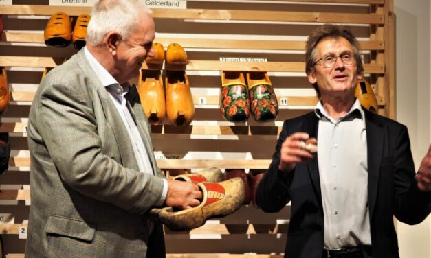 Nobelprijswinnaar Ben Feringa schenkt zijn klompen aan het Klompenmuseum